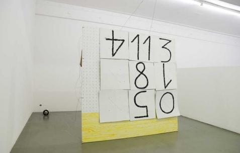 <p>Anthony Jacquot Boeykens, <b><i>Tirage en croix</i></b>, 2014, peinture à l'huile sur pvc expansé, fil de fer, ficelle, carton, pastel à l'huile, 143x168x2cm. Vue de l'exposition <i>Problème et tarot</i>, Néon, Lyon, 2015. Photo : Anne Simonnot/ Néon, 2015.</p>