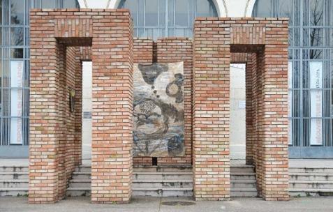 <p>Juliacks, <b><i>End Leaves</i></b>, acrylique, encre, terre sur toile, 288x159cm. Vue de l'exposition <i>Architecture d'un atome</i>, Musée d'Art Contemporain, Lyon, 2015. Photo: Anne Simonnot / Néon, 2015.</p>
