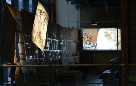 <p>Juliacks, <b><i>Vantaa & the Infinite Whistle</i></b>, 2012, vidéo, couleur, 5 min 06, Format original: 8mm, transféré en vidéo, série <i>Sifflet Infini</i>. Vue de l'exposition <i>Architecture d'un atome</i>, Musée d'Art Contemporain, Lyon, 2015. Photo: Anne Simonnot / Néon, 2015.</p>