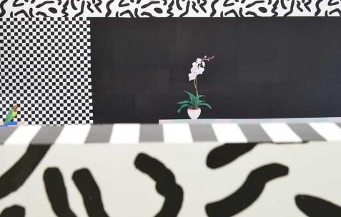 <p>Dominique Pétrin, <strong><em>Trois mouvements de retrait pour un ATM</em></strong> (détail), 2015, papier sérigraphié collé au mur, dimensions variables. Vue de l'exposition <em>Trois mouvements de retrait pour un ATM</em>, Néon, Lyon, 2015. Photo: Anne Simonnot / Néon, 2015.</p>