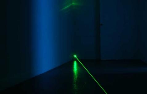 <p>Pierre-Laurent Cassiere, <b><i>Pulse</i></b>, 2010, installation sonore, verre, mic, ampoule électrique, laser, électronique, amplificateur, transducteurs basse fréquence, dimension variable. Vue de l'exposition <i>Phénomènes</i> de In Extenso, Néon, Lyon, 2011. Photo : Néon.</p>