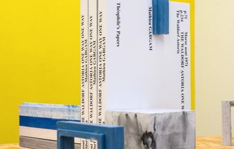 <p>Mathieu Gargam, (…) <strong><em>The Waldorf Astoria</em></strong>, 270 pages, 20×29,5cm, 50 exemplaires, édité par Théophile's Papers. Christo Nogues, <strong><em>LUC & BLOC</em></strong>, serres livres, dimensions variables, plâtre résiné, béton et pigments, dimensions variables, édité par Théophile's Papers, produit par Néon, 2015. <em>About book</em>, Théophile's Papers en résidence chez Néon 2014 – 2016. Vue de l'exposition D/F. Photo : Anne Simonnot / Néon, 2015.</p>