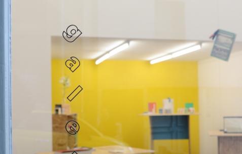 <p><em>About book</em>, Théophile's Papers en résidence chez Néon 2014 – 2016. Vue de l'exposition D/F, avec les œuvres et ouvrages des éditions BAT, d'Olivier Lebrun et de Christo Nogues. Photo : Anne Simonnot / Néon, 2015.</p>
