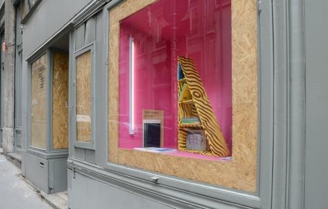 <p><em>About book</em>, Théophile's Papers en résidence chez Néon 2014 &#8211; 2016. Vue de la collection <em>/30</em> dans la Boîte, avec une <strong><em>Cale </em></strong>d'Elvire Bonduelle, bois et peinture, 90x16x50cm, édité par Onestarpress (Paris) à 5 exemplaires, 2004-2013. Photo : Anne Simonnot / Néon, 2015.</p>