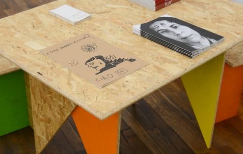 <p>Ouvrages des éditions de BAT. Théophile's Papers en résidence chez Néon 2014 – 2016. Vue de l'exposition <em>About book</em> <em>– D/F</em>. Photo : Anne Simonnot / Néon, 2015.</p>