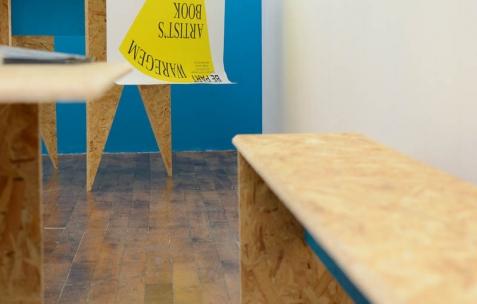 <p>Théophile's Papers en résidence chez Néon 2014 &#8211; 2016. Vue de l'exposition <em>About book</em> <em>&#8211; A/F</em>. Photo : Anne Simonnot / Néon, 2014.</p>