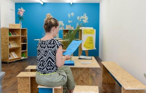 <p>Théophile's Papers en résidence chez Néon 2014 – 2016. Vue de l'exposition <em>About book</em> <em>– A/F</em>. Photo : Anne Simonnot / Néon, 2014.</p>