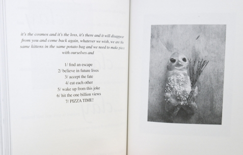 <p>Félicia Atkinson<strong>, <em>Improvising sculpture as delayed fictions</em></strong>, couverture verte, intérieur noir sur papier blanc, relié broché, 200 pages, 13,5 x 20 cm, première édition de 1000 exemplaires, édité par Shelter Press, 2014. Théophile's Papers en résidence chez Néon 2014 &#8211; 2016. Vue de l'exposition <em>About book</em> <em>&#8211; B/F</em>. Photo : Anne Simonnot / Néon, 2014.</p>