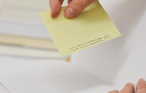 <p>L'agence du doute (Catherine Guiral et Brice Domingues), <strong><em>CRYSTAL MAZE VI &#8211; «To Love a Bitch and a Fake (état 2)»</em></strong>, 1 vidéo, 10 livres, 10 inserts, 2 cartes postales, 2015. Théophile's Papers en résidence chez Néon 2014 &#8211; 2016. Vue de l'exposition <em>About book</em> <em>&#8211; C/F</em>. Photo : Anne Simonnot / Néon, 2015.</p>