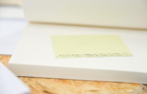 <p>L'agence du doute (Catherine Guiral et Brice Domingues), <strong><em>CRYSTAL MAZE VI – «To Love a Bitch and a Fake (état 2)»</em></strong>, 1 vidéo, 10 livres, 10 inserts, 2 cartes postales, 2015. Théophile's Papers en résidence chez Néon 2014 – 2016. Vue de l'exposition <em>About book</em> <em>– C/F</em>. Photo : Anne Simonnot / Néon, 2015.</p>