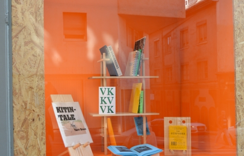 <p>Mathieu Gabiot, <strong><em>Ferdinand</em></strong>, 2014, étagère modulable en bois. <em>About book</em>, Théophile's Papers en résidence chez Néon 2014 &#8211; 2016. Vue de la collection <em>/30</em> dans la Boîte Photo : Anne Simonnot / Néon, 2015.</p>