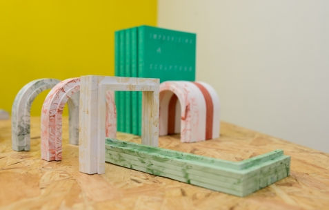 <p>Félicia Atkinson<strong>, </strong><em><strong>Improvising sculpture as delayed fictions</strong></em>, 2014, 200 pages, première édition de 1000 exemplaires, Shelter Press, 13,5 x 20 cm. Christo Nogues, <strong><em>LUC &amp; BLOC</em></strong>, 2015, plâtre résiné, béton et pigments, Théophile's Papers, Néon, dimensions variables. Théophile's Papers en résidence chez Néon 2014 &#8211; 2016. Vue de l'exposition <em>About book</em> <em>&#8211; D/F</em>. Photo : Anne Simonnot / Néon, 2015.</p>