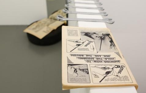 <p>Olivier Lebrun, collection d'objets imprimés de Detroit mise en scène avec ses étudiants de l'ENSBA, Lyon. Théophile's Papers en résidence chez Néon 2014 – 2016. Vue de l'exposition <em>About book</em> <em>– D/F</em>. Photo : Anne Simonnot / Néon, 2015.</p>