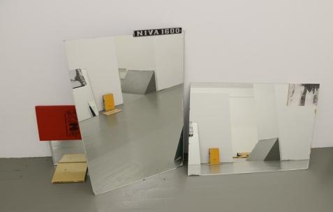 <p>Olivier Lebrun, collection d'objets imprimés de Detroit mise en scène avec ses étudiants de l'ENSBA, Lyon. Théophile's Papers en résidence chez Néon 2014 &#8211; 2016. Vue de l'exposition <em>About book</em> <em>&#8211; D/F</em>. Photo : Anne Simonnot / Néon, 2015.</p>