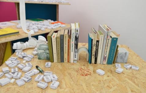 <p>Alex Balgiu, livres choisis pour performance, puis en consultation libre, 2016, 21 livres d'art, de design et de poésie, allumettes. Alex Balgiu et Bizzarri & Rodriguez, <strong><em>Sans titre</em></strong>, 2016, boîtes d'allumettes (sans allumettes), sucre, dimensions variables. Théophile's Papers en résidence chez Néon 2014 – 2016. Vue de l'exposition <em>About book</em> <em>– E/F</em>. Photo : Anne Simonnot / Néon, 2016.</p>