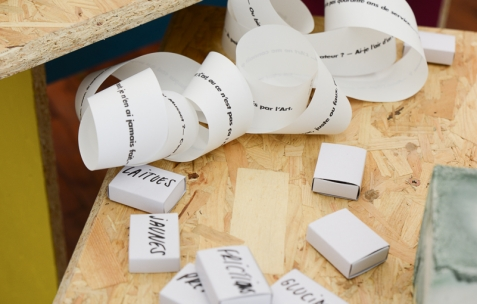 <p>Alex Balgiu et Bizzarri & Rodriguez, <strong><em>Sans titre</em></strong>, avec le poème <strong><em>ça</em></strong> de Tristan Corbière, 2016, impression sur papier de ticket de caisse, dimensions variables. Alex Balgiu et Bizzarri & Rodriguez, <strong><em>Sans titre</em></strong>, 2016, boîtes d'allumettes (sans allumettes), sucre, dimensions variables. Théophile's Papers en résidence chez Néon 2014 – 2016. Vue de l'exposition <em>About book</em> <em>– E/F</em>. Photo : Anne Simonnot / Néon, 2016.</p>