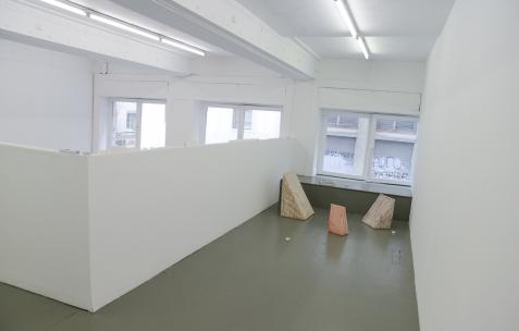 <p>Elvire Bonduelle, <strong><em>Trois cales</em></strong>, 2015, We Do Not Work Alone (Paris), trois dimensions possibles. Théophile's Papers en résidence chez Néon 2014 &#8211; 2016. Vue de l'exposition <em>About book</em> <em>&#8211; E/F</em>. Photo : Anne Simonnot / Néon, 2016.</p>