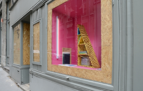<p>Elvire Bonduelle, <strong><em>Cale, </em></strong>2004-2013, bois, peinture, , édité par onestar press (Paris), 5 exemplaires, 90x16x50cm. <em>About book</em>, Théophile's Papers en résidence chez Néon 2014 – 2016. Vue de la collection <em>/30</em> dans la Boîte. Photo : Anne Simonnot / Néon, 2015.</p>