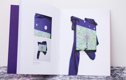 <p>Simon Bergala, <strong><em>Peintures en relation/ From no area to all others</em></strong>, 2011, livre, 35 pages, 24x32cm. Photo : Valentin Defaux / Néon, 2016.</p>