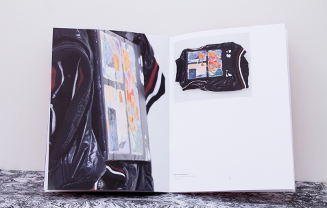 <p>Simon Bergala, <strong><em>Peintures en relation/ From no area to all others</em></strong>, 2011, livre, 35 pages, 24x32cm. Photo : Valentin Defaux / Néon, 2016.</p>
