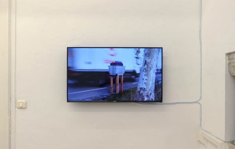 <p>Baptiste Croze & Léo Durand, <strong><em>Tango Z.A</em></strong>, 2012, vidéo HDV, couleur, sonore, durée 2′. Vue de l'exposition <em>Les Mondes Parallèles, </em>Galerie Nuage (Maison de France), Sfax, 2016. Photo: Georges Rey, 2016.</p>
