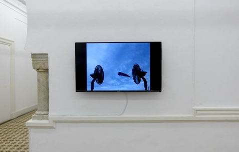 <p>Camille Laurelli, <strong><em>I believe I can fly</em></strong>, 2006, vidéo, couleur, sonore, durée 1'13». Vue de l'exposition <em>Les Mondes Parallèles,</em> Galerie Nuage (Maison de France), Sfax, 2016. Photo: Georges Rey, 2016.</p>