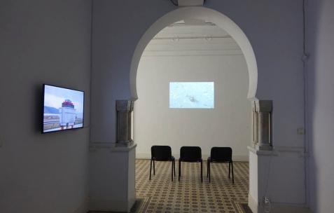 <p>(De gauche à droite) Baptiste Croze & Léo Durand, <strong><em>Tango Z.A</em></strong>, 2012, vidéo HDV, couleur, sonore, durée 2′. Linda Sanchez, <strong><em>11752 mètres et des poussières…</em></strong>, 2014, Film Blu-Ray, couleur, sonore, durée 71′. Vue de l'exposition <em>Les Mondes Parallèles, </em>Galerie Nuage (Maison de France), Sfax, 2016. Photo: Georges Rey, 2016.</p>