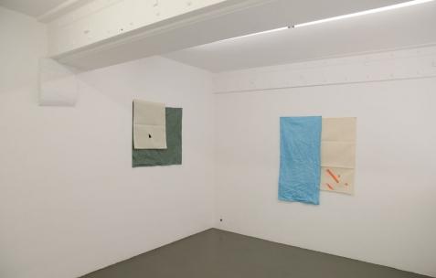 <p>(De gauche à droite): Sehyong Yang, <strong><em>Parc de la Tête d'Or</em></strong>, 2016, peinture et teinture sur toiles assemblées, 76x79cm, <strong><em>2 Rue Vauban</em></strong>, 2016, peinture et teinture sur toiles assemblées, 108x96cm. Vue de l'exposition <em>Marche et Toile Libres</em>, Néon, Lyon, 2016. Photo: Anne Simonnot / Néon, 2016.</p>