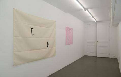 <p>(De gauche à droite): Sehyong Yang, <strong><em>105 Rue Tête d'Or</em></strong>, 2016, acrylique sur toile, 148x119cm. Sehyong Yang, <strong><em>40 Rue Rabelais</em></strong>, 2016, teinture sur toile, 76x72cm. Vue de l'exposition <em>Marche et Toile Libres</em>, Néon, Lyon, 2016. Photo: Anne Simonnot / Néon, 2016.</p>