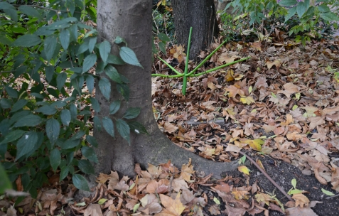 <p>Valentin Defaux &#8211; <strong><em>Acousid I</em></strong>, 2016, plantes factices, polystyrène, bois, peinture, 125x79x135cm &#8211; Vue d'exposition Néon &#8211; hors les murs: Jardin, place Croix-Paquet, Lyon, France, 2016. Photo: Anne Simonnot / Néon, 2016.</p>