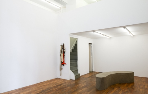 <p>Pedro Barateiro, de gauche à droite:<strong><em> Relaxed Systtems</em></strong>, 2017, Porte &#8211; manteau, acrylique et encre de Chine sur lin, <strong><em>Rumor Bench III</em></strong>, 2017, MDF, bois, ciment, vernis &#8211; 228x50x45cm. Photo: Anne Simonnot / Néon, 2017. Courtoisie Galerie Filomena Soares, Lisbonne (Portugal).</p>