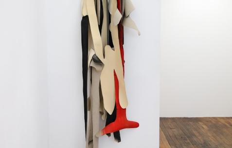 <p>Pedro Barateiro, <strong><em>Relaxed Systtems</em></strong>, 2017, Porte – manteau, acrylique et encre de Chine sur lin. Photo: Anne Simonnot / Néon, 2017. Courtoisie Galerie Filomena Soares, Lisbonne (Portugal).</p>