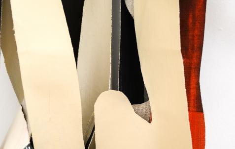 <p>Pedro Barateiro, <strong><em>Relaxed Systtems </em></strong>(détail), 2017, Porte – manteau, acrylique et encre de Chine sur lin. Photo: Anne Simonnot / Néon, 2017. Courtoisie Galerie Filomena Soares, Lisbonne (Portugal).</p>