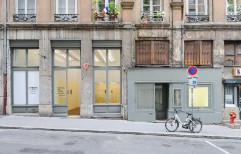 <p>Vue extérieur de l'exposition <em>Les Tournesols</em>, Frédéric Houvert invite Daniel Mato, Laurent Proux, Fabio Viscogliosi. Photo: Anne Simonnot / Néon, 2017.</p>