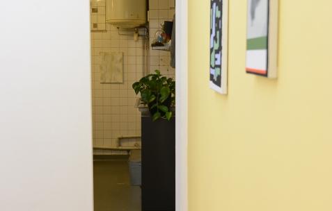 <p>A gauche (dans le bureau): Frédéric Houvert, <em><strong>Laurus Munch</strong></em>, 2015, acrylique sur toile, 30 x 40 cm. Mur de droite: Fabio Viscogliosi, sur Jaune Turner (Chromatic® & Seigneurie®), <strong><em>Giacomo</em></strong>, 2016, acrylique sur toile, 18x25cm, <strong><em>L'Echiquier</em></strong>, 2017,acrylique sur toile, 40x30cm. Vue de l'exposition <em>Les Tournesols,</em> Frédéric Houvert invite Daniel Mato, Laurent Proux, Fabio Viscogliosi. Photo: Anne Simonnot / Néon, 2017.</p>