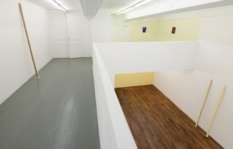 <p>De gauche à droite:Frédéric Houvert, <strong><em>Quercus Mondrian</em></strong>, 2017, peinture acrylique, bois, tissu, céramique, 220x9x28cm. Daniel Mato, sur Jaune Mondrian (Chromatic® & Seigneurie®), <strong><em>sans titre</em></strong>, 2017, acrylique sur toile, 33x24cm, <strong><em>sans titre</em></strong>, 2017, acrylique sur toile, 33x24cm. Frédéric Houvert, <strong><em>Abies Turner</em></strong>, 2017, peinture acrylique, bois, tissu, céramique, 221x7x26cm, <strong><em>Abies O Monet</em></strong>, 2017, peinture acrylique, bois, tissu, céramique, 221xx7x26cm.Vue de l'exposition <em>Les Tournesols,</em> Frédéric Houvert invite Daniel Mato, Laurent Proux, Fabio Viscogliosi. Photo: Anne Simonnot / Néon, 2017.</p>