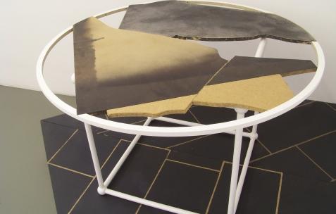 <p>Markus Muller, <strong><em>Glass Table</em></strong>, 2009, acrylique sur bois et panneaux agglomérés, dimensions variables. Vue de l'exposition <em>Horoscope</em>, Néon, Lyon, 2009. Photo:JAC</p>