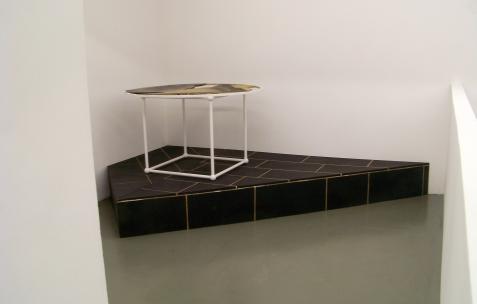 <p>Markus Muller, <strong>Glass Table</strong>, 2009, acrylique sur bois et panneaux agglomérés, dimensions variables. Vue de l'exposition Horoscope, Néon, Lyon, 2009. Photo : JAC</p>