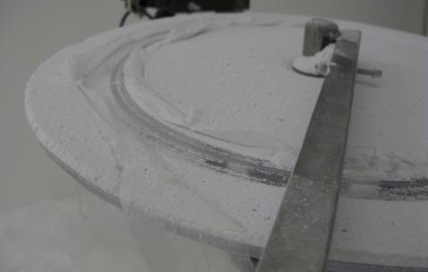 <p>Jean-Alain Corre, <strong><em>Generatorscape </em></strong>(détail), 2009, acide, graisse, lessive, moteur, compresseur, plastique, dimensions variables. Vue de l'exposition <em>A Johnny Machine</em>, Néon, Lyon, 2009.</p>
