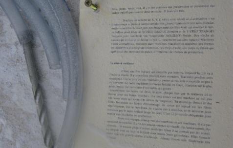 <p>Jean-Alain Corre, <strong><em>Johnny à l'usine</em></strong> (détail), 2009, texte, papier, vis, A4x7cm. Vue de l'exposition <em>A Johnny Machine</em>, Néon, Lyon, 2009.</p>
