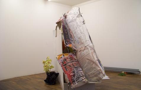 <p>Simon Feydieu et Jean-Alain Corre, <strong><em>Flowing Flowers</em></strong>, 2009, placo BA13, papier, orchidée, vase, dimensions variables. Vue de l'exposition <em>Mineral Murder,</em> Néon, Lyon, 2009. Photo: JAC.</p>