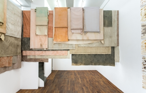 <p>Adrien Vescovi, <strong><em>C.O.O.B.E.A.M.G.R.U.</em></strong>, 2017 – lin, teinture végétale (carotte sauvage, lichen) et minérale (ruffe), coloration aléatoire – 30 pièces de tissus et 3 ensembles sur châssis – dimensions variables. Vue de l'exposition <em>For The Memory Of a Live Time</em>, Néon, Lyon, 2017. Photo: Jules Roeser / Picabel, 2017.</p>
