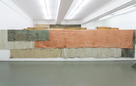 <p>Adrien Vescovi, <strong><em>C.O.O.B.E.A.M.G.R.U.</em></strong>, 2017 &#8211; lin, teinture végétale (carotte sauvage, lichen) et minérale (ruffe), coloration aléatoire &#8211; 30 pièces de tissus et 3 ensembles sur châssis – dimensions variables. Vue de l'exposition <em>For The Memory Of a Live Time</em>, Néon, Lyon, 2017. Photo: Jules Roeser / Picabel, 2017.</p>