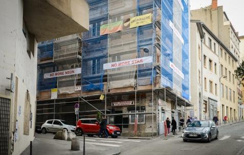 <p>Damir Radović, <strong><em>No More…</em></strong>, 2017 – banderoles imprimées – Dimensions variables, ici: 14 pièces, 70x500cm chacune. Vue de l'exposition, <em>No More…</em>, Néon, Lyon, 2017. Photo: Anne Simonnot, 2017.</p>
